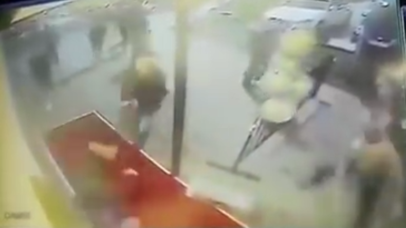 Bad Oeynhausen: Nach Rausschmiss aus Disko - 18 Männer attackieren Türsteher mit Waffen