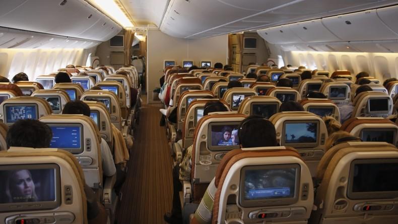 Panik an Bord: Mann fliegt zum ersten Mal und hält den Ausgang für die Klotür