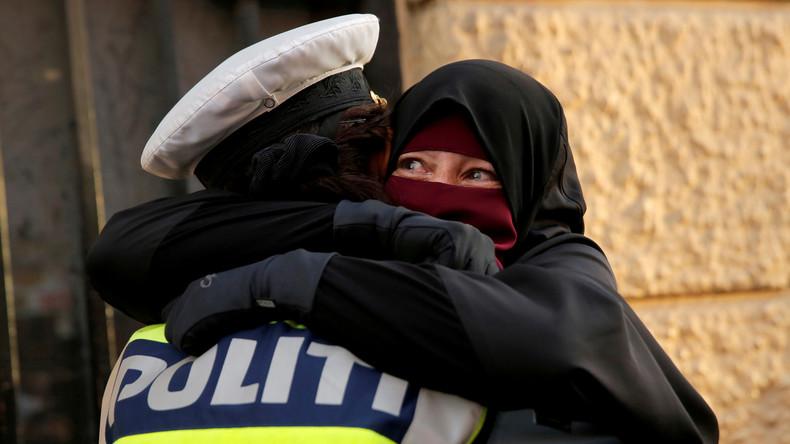 Polizistin umarmt Frau im Niqab bei Protesten gegen Verhüllungsverbot in Dänemark – Ermittlung