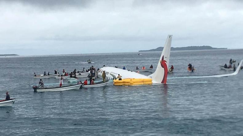 Lagune statt Landebahn – Passagierflugzeug verpatzt Landung und endet im Wasser