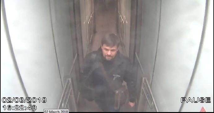 Ruslan Boschirow am 2. März 2018 auf der Videoüberwachung am Flughafen Gatwick. Auffällig: Der identische Time-Code bei den beiden Agenten beim Durchqueren einer Tür, die nur einzeln betreten werden kann.