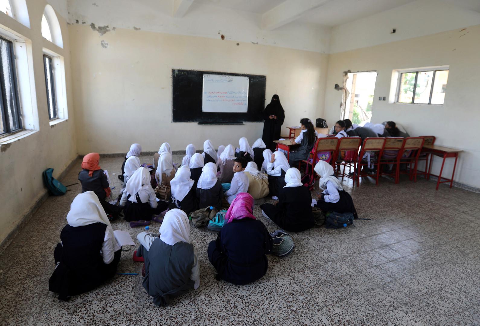 Jemenitische Schüler sitzen am 16. September 2018, dem ersten Tag des neuen Schuljahres  in dem Klassenzimmer einer Schule, die im vergangenen Jahr bei einem Luftangriff der Saudi-geführten Koalition in der Stadt Taez des Landes beschädigt wurde.