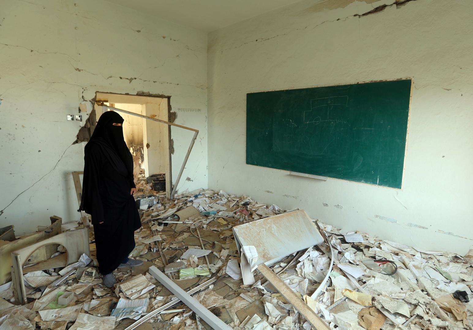 Ein Mitglied einer jemenitischen Schulverwaltung inspiziert den Schaden an einer Schule am ersten Tag des neuen Schuljahres am 16. September 2018, die im vergangenen Jahr bei einem Luftangriff beschädigt wurde.