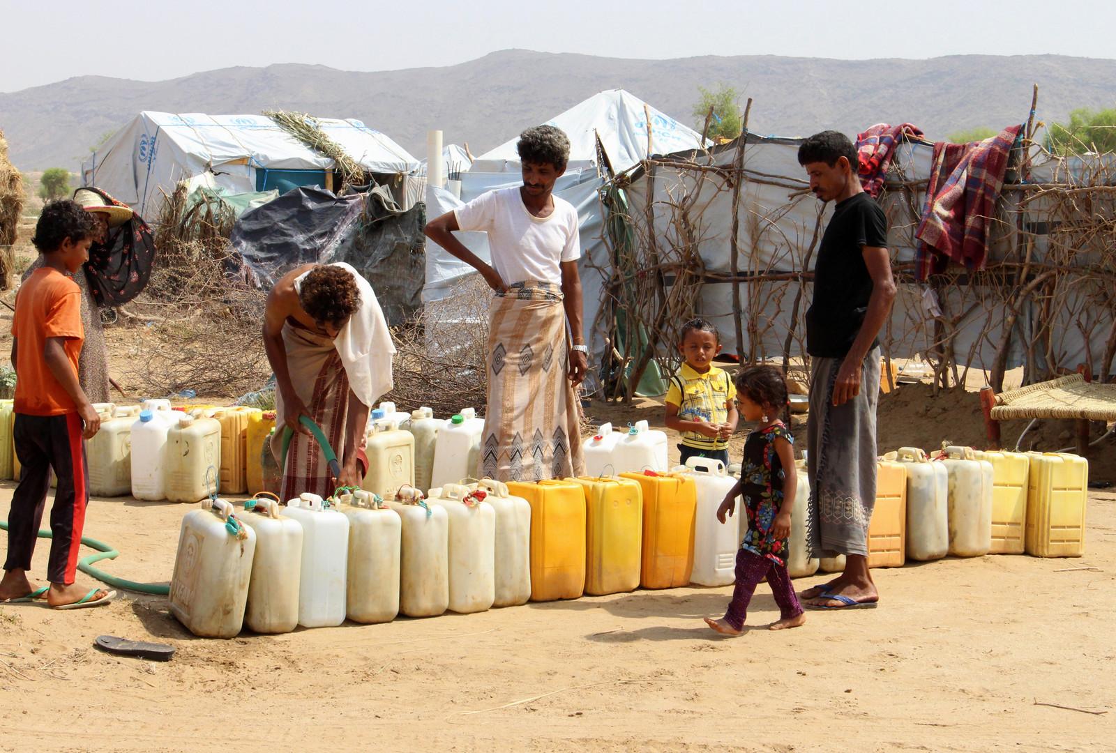 Aus Hodeida vertriebene Jemeniten füllen am 16. September 2018 Wasserbehälter in einem provisorischen Lager in einem Dorf im nördlichen Bezirk Abs in der Provinz Hadscha auf.
