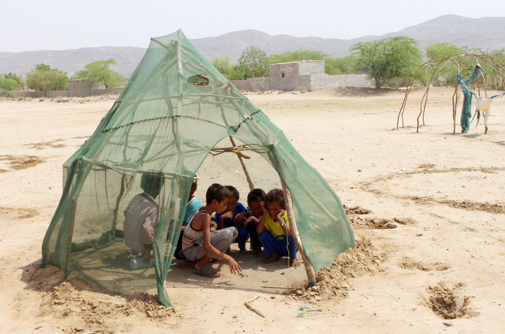 Vertriebene jemenitische Kinder aus Hodeida spielen am 16. September 2018 in einem Unterschlupf in einem provisorischen Lager in einem Dorf im nördlichen Bezirk von Abs in der Provinz Hajjah.