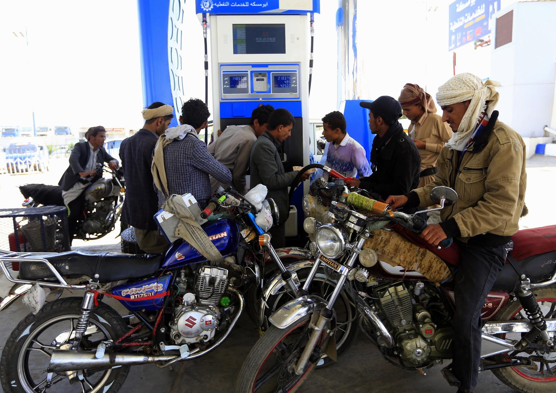 Jemenitische Motorradfahrer füllen am 17. September 2018 während einer andauernden Kraftstoffknappheit in der Hauptstadt Sanaa ihre Tanks an einer Tankstelle auf.