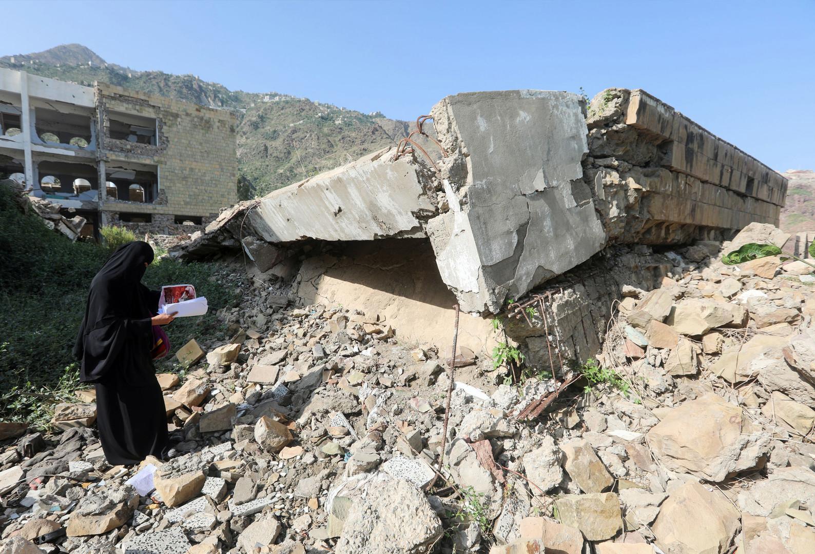 Ein Mitglied einer jemenitischen Schulverwaltung inspiziert den Schaden am ersten Tag des neuen Schuljahres, am 16. September 2018, an einer Schule, die im vergangenen Jahr bei einem Luftangriff in der Stadt Taez beschädigt wurde.