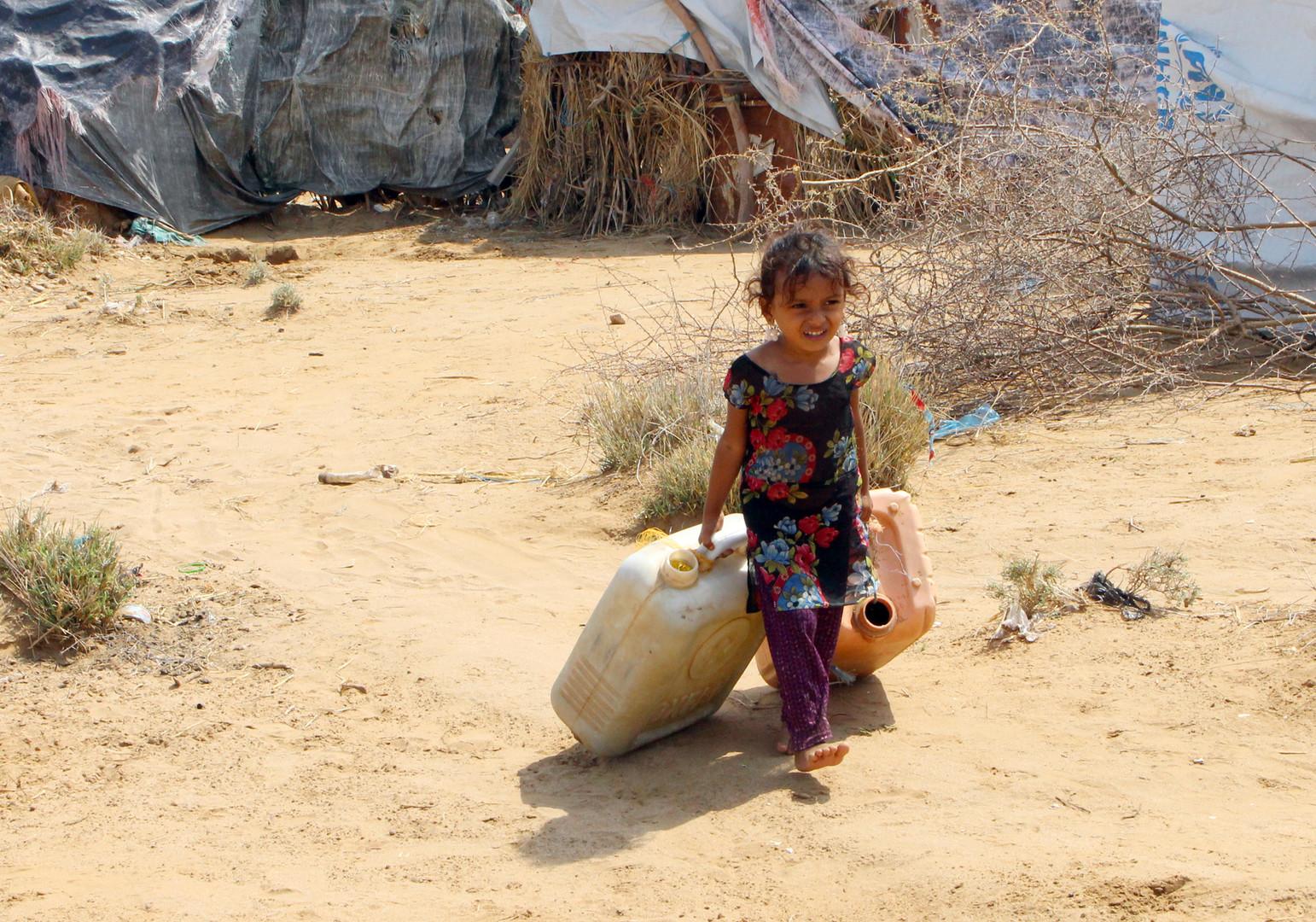 Ein vertriebenes jemenitisches Mädchen aus Hodeida schleppt am 16. September 2018 einen Wasserkanister in einem provisorischen Lager in einem Dorf im nördlichen Bezirk Abs in der Provinz Hajjah.
