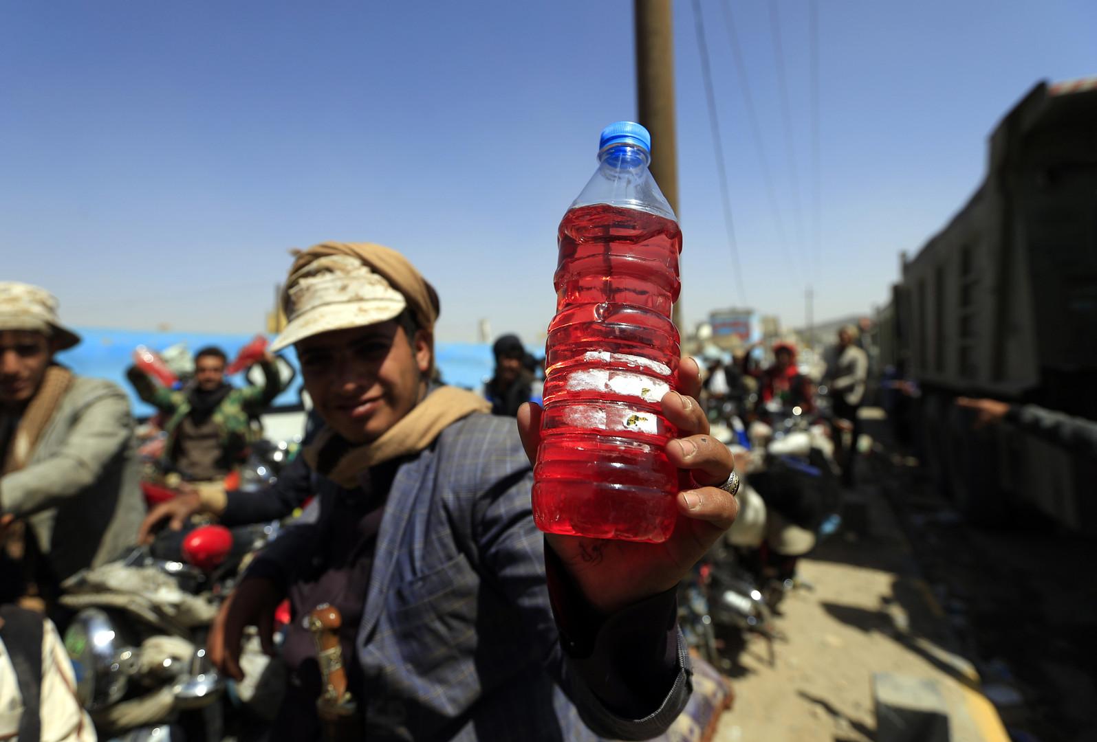Ein jemenitischer Motorradfahrer hält eine Flasche mit Benzin, nachdem er sie am 17. September 2018 während eines Kraftstoffmangel in der Hauptstadt Sanaa an einer Tankstelle gekauft hat.