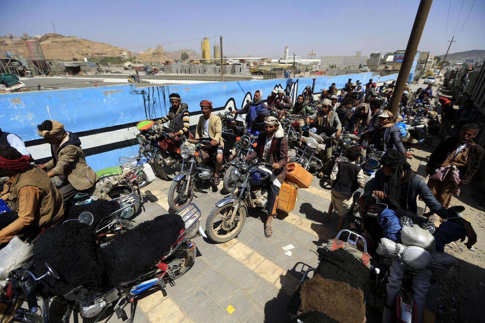Jemenitische Motorradfahrer stehen am 17. September 2018 in der Hauptstadt Sanaa an einer Tankstelle an, um Kraftstoff zu kaufen.