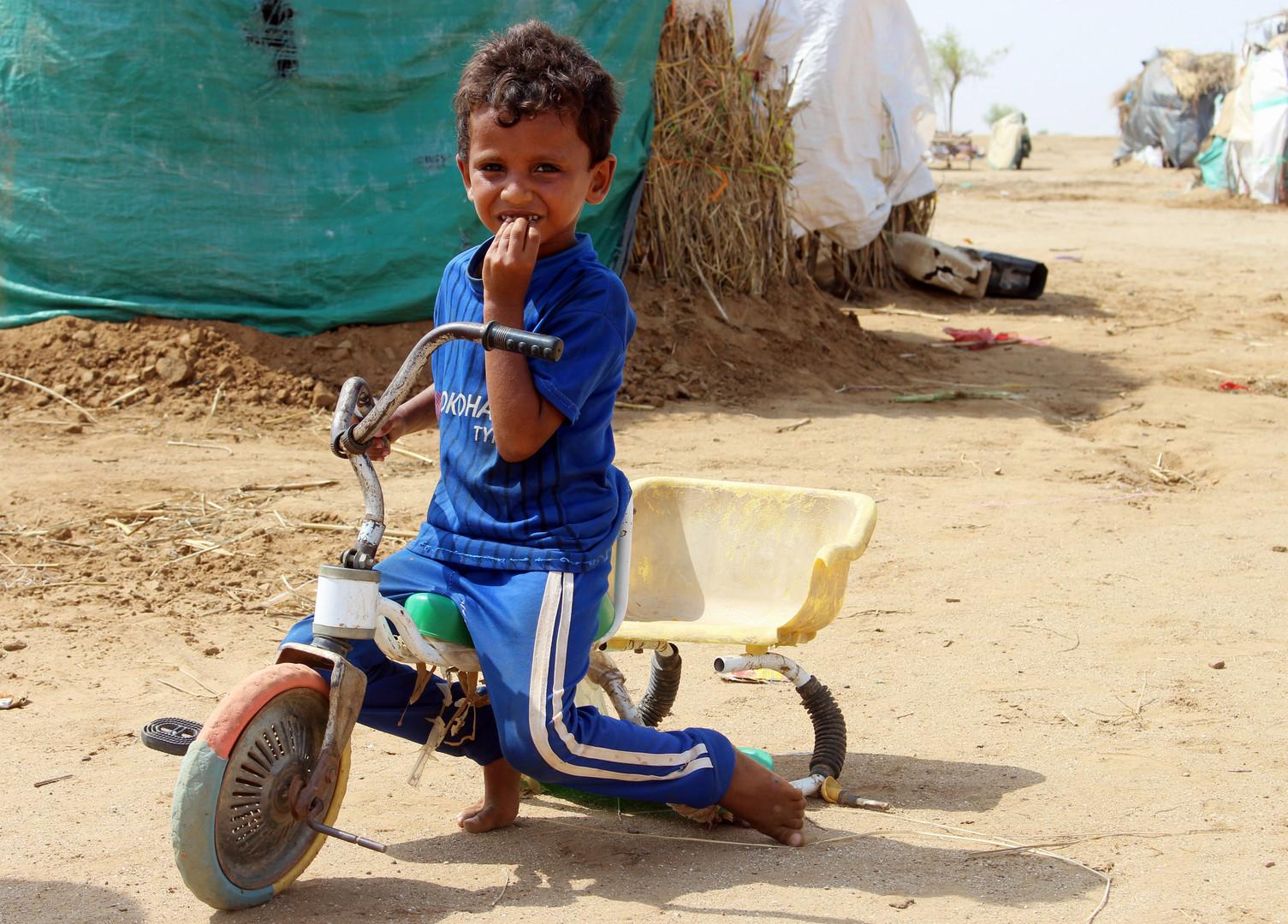 Ein vertriebener jemenitischer Junge aus Hodeida sitzt am 16. September 2018 auf einem kaputten Dreirad in einem provisorischen Lager in einem Dorf im nördlichen Bezirk Abs in der Provinz Hadscha