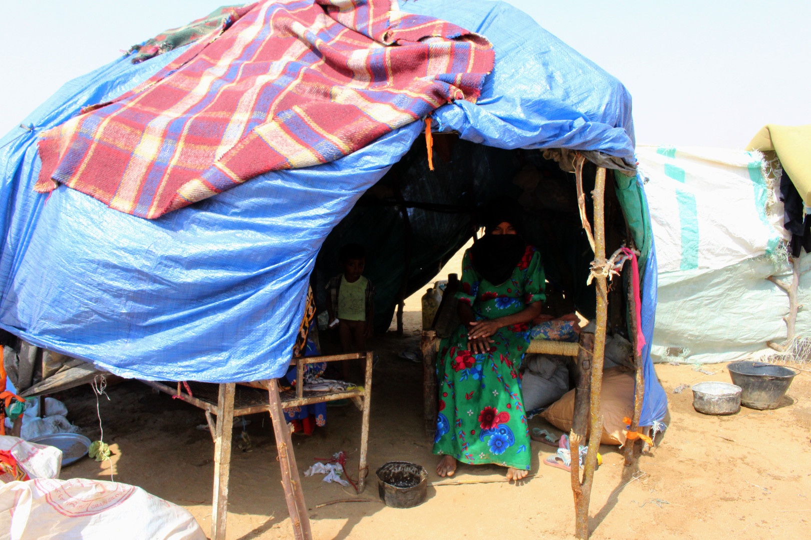 Eine vertriebene jemenitische Frau aus Hodeida sitzt am 16. September 2018 in ihrem Unterschlupf in einem provisorischen Lager in einem Dorf im nördlichen Bezirk Abs in der Provinz Hadscha.