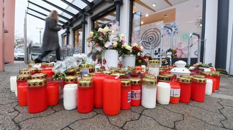 Kerzen und Blumen am Tatort: Kurz nach Weihnachten 2017, mitten in einem Supermarkt der kleinen Stadt in der Pfalz, wurde die 15-jährige Mia von ihrem Ex-Freund erstochen.