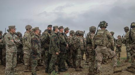 Oberst Thomas Hough, Kommandant des 2. US-Kavallerie-Regiments, leitet eine taktische Übung als Teil der Militärübung