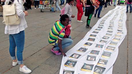 Anlässlich des Internationalen Tags der Verschwundenen erinnerten Menschen in der kolumbianischen Metropole Medellín mit Porträt-Fotos an die Vermissten.
