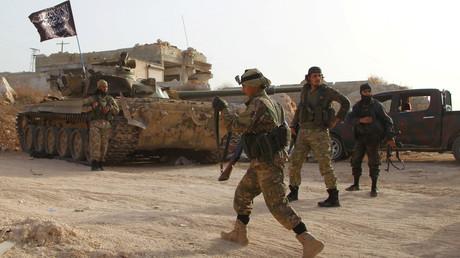 Die syrische Provinz Idlib wird weitgehend vom syrischen Al-Qaida-Ableger, der früheren Nusra-Front, kontrolliert. Das Foto zeigt Kämpfer der Terrormiliz in der Stadt Ariha.