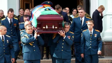 Donezk nimmt am 2. September Abschied von Alexander Sachartschenko: Sein Sarg wird aus dem Opernhaus getragen, in dem die Trauerfeier stattfand.