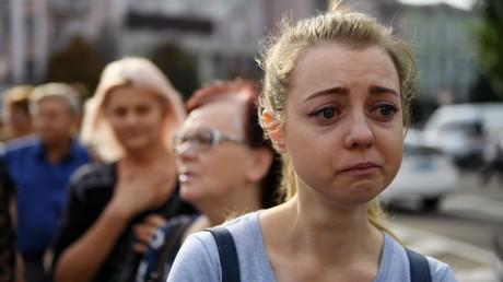 Eine junge Teilnehmerin des Trauerzuges um den am 31. August durch einen Terroranschlag ermordeten Alexander Sachartschenko. Bis zu 150.000 Menschen versammelten sich im Zentrum von Donezk am 2. September, um vom Republikchef Abschied zu nehmen.