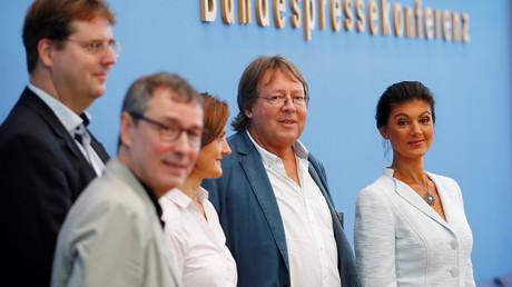 Von rechts nach links: Sahra Wagenknecht, Ludger Volmer, Simone Lange, Bernd Stegemann und Hans Albers während der Pressekonferenz am 4. September 2018 in Berlin.