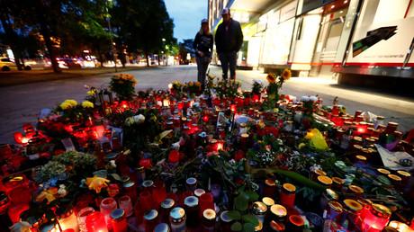 Blumen und Kerzen am Tatort der tödlichen Messerattacke in Chemnitz