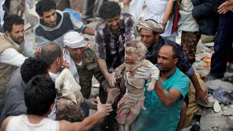 Einwohner bergen zwei Kinder aus den Trümmern eines Hauses, welches durch einen von Saudi-Arabien geführten Luftangriff zerstört wurde. Sanaa, Jemen, August 2017.