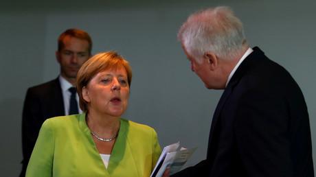 Seehofer im Gespräch mit Merkel vor einer Kabinettssitzung im August 2018