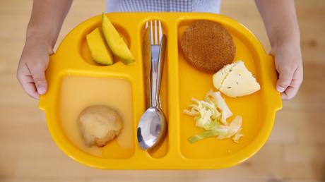 Eine Schülerin mit ihrem Lunch-Tablett an der Salusbury Primary School im Nordwesten Londons am 11. Juni 2014.