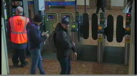 Laut britischen Behörden haben diese beiden Männer das Attentat auf die Skripals verübt. Das Foto stammt von einer Überwachungskamera vom Bahnhof in Salisbury.