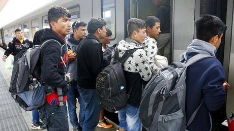 (Symbolfoto) Migranten steigen am 5. September 2015 an einem Bahnhof in Wien, Österreich in einen Zug nach Deutschland. Viele der Geflüchteten hatten keine Ausweispapiere bei sich, sodass es bei einigen bis heute schwer ist, das genaue Alter festzustellen.