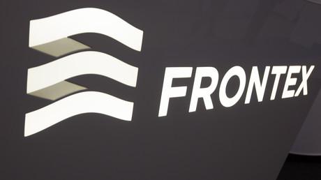 Die Grenzschutzagentur Frontex mit Sitz in Warschau soll die Außengrenzen der Europäischen Union vor Kriminalität und illegaler Migration schützen. Eigene Grenzschutzbeamte hat die Behörde nicht, sondern fordert die von den EU-Mitgliedsstaaten an.