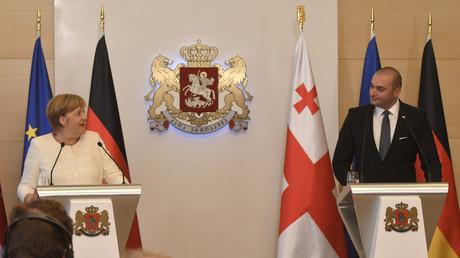 Die deutsche Bundeskanzlerin Angela Merkel und der georgische Premierminister Mamuka Bachtadse nehmen am 23. August 2018 an einer gemeinsamen Pressekonferenz in Tiflis, Georgien teil.