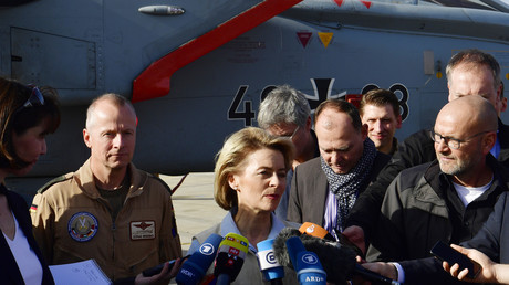 Von der Leyen vor einem Tornado der Bundeswehr in Jordanien, Januar 2018