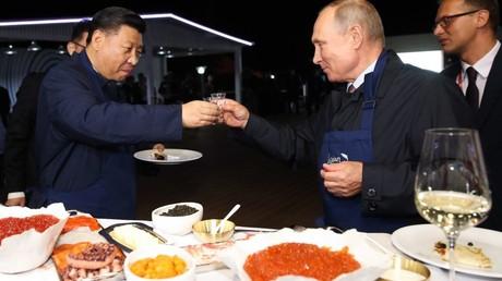 Der russische Präsident Wladimir Putin und der Präsident der Volksrepublik China Xi Jinping besuchen am Rande des Östlichen Wirtschaftsforums den Jahrmarkt