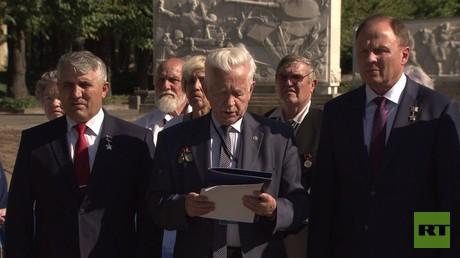 Der Vorsitzende der Union der Minderjährigen Gefangenen der faschistischen Konzentrationslager Nikolaj Machutow liest einen Appell im Berliner Treptower Park. Den Appell reichte die Delegation aus Russland, Weißrussland und Ukraine an die Bundesregierung ein.