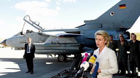 Ministerin Von der Leyen vor einem Bundeswehr-Tornado im August 2016