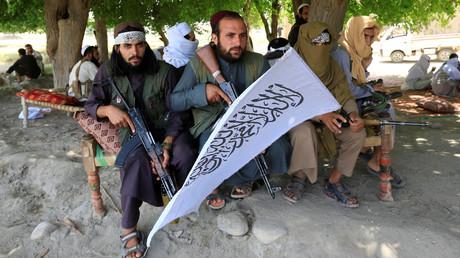 Taliban versammeln sich, um den Waffenstillstand im Bezirk Ghanikhel in der Provinz Nangarhar, Afghanistan, am 16. Juni 2018 zu feiern.