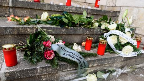 Blumen und Kerzen vor der Polizeistation zum Gedenken an Oury Jalloh, der vor 13 Jahren in einer Zelle in Polizeigewahrsam ums Leben kam. Sein Fall ist nicht der einzige.