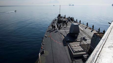An Bord des Lenkflugkörperzerstörers USS Donald Cook, als das Schiff am 9. April 2018 Larnaka, Zypern verlässt.