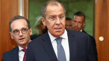 Russlands Außenminister Sergei Lawrow und sein hinter ihm stehender deutsche Amtskollege Heiko Maas trafen sich am Freitag in Berlin