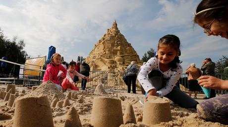 Kinder bauen Sandburgen in Duisburg, Deutschland, 1. September 2017.