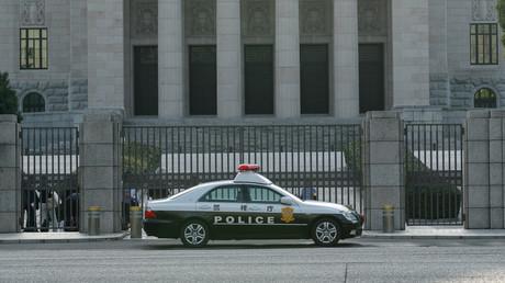 Polizist verliert geladene Pistole auf offener Straße beim Schutz von Shinzō Abe (Symbolbild)