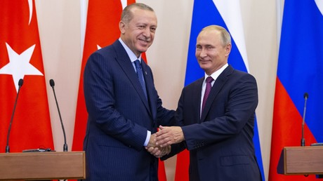 Der russische Präsident Vladimir Putin (R) und sein türkischer Amtskollege Tayyip Erdogan geben sich bei einer Pressekonferenz nach ihren Gesprächen in Sotschi, Russland am 17. September 2018 die Hand.