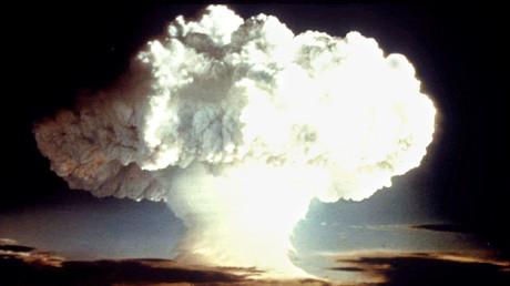 Vor 35 Jahren schlitterte die Menschheit nur knapp an ihrem Ende vorbei. (Foto zeigt Atombombentest der USA im Jahr 1954)