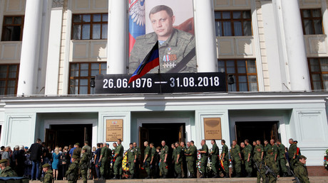 Menschen stehen Schlange, um dem Präsidenten der selbsternannten Donezker Volksrepublik Alexander Sachartschenko ihre letzte Ehre zu erweisen. Donezk, 2. September 2018.