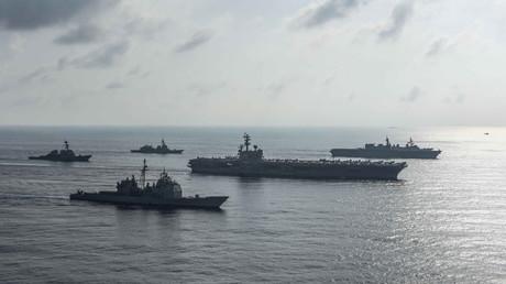 Der Flugzeugträger USS Ronald Reagan (CVN 76) mit Begleitschiffen am 31. August 2018 im Südchinesischen Meer, in dem sich das Konfliktpotenzial zwischen den USA und China auch militärisch zeigt.