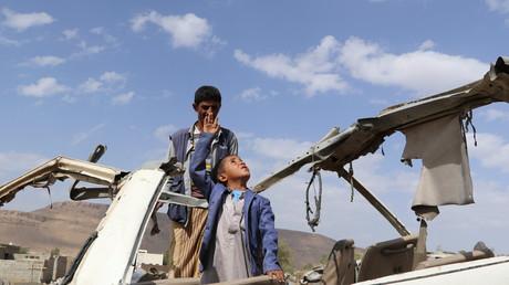 Immer wieder sterben Zivilisten im Jemen, insbesondere durch Luftangriffe. Bild: Abdullah al-Khawlani mit seinem Sohn Hafidh, der im Gegensatz zu seinem Bruder einen saudisch geführten Luftangriff auf einen Schulbus überlebte, 4. September 2018.