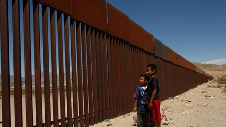 Symbolbild. Kinder stehen an der US-Grenze zu Mexiko.