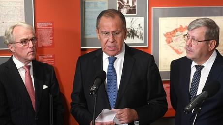 Der russische Außenminister Sergei Lawrow, der deutsche Botschafter Rüdiger Freiherr von Fritsch-Seerhausen (links) und der Leiter der föderalen Archivagentur Andrei Archisow während der Eröffnung der Ausstellung