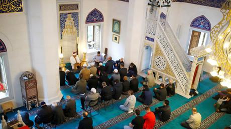 Gebet in der Sehitlik-Moschee, das vom Türkisch-Islamischen Verband für religiöse Angelegenheiten (DITIB) in Berlin, Deutschland, am 3. Oktober 2017 geleitet wird.