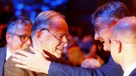 Genug Grund zum Lachen haben sie auch heute: AfD-Bundesvorsitzende Jörg Meuthen (r.) und Alexander Gauland am 2. Dezember 2017 beim Bundesparteitag in Hannover.